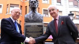 El sobrino de Steer y el nieto del Lehendakari Aguirre ante la estatua del periodista sudafricano